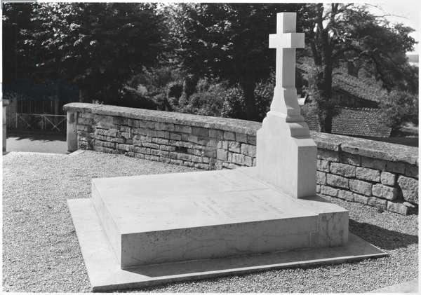 The tomb of Anne de Gaulle (1928-48) General Charles de Gaulle (1890-1970) and Yvonne de Gaulle (1900-79) in the cemetery of Colombey-les-Deux-Eglises, 1991 (b/w photo)