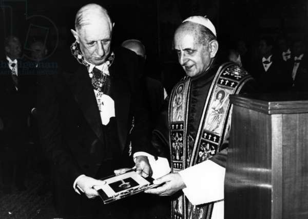 The exchanging of gifts between Pope Paul VI and General de Gaulle at the Vatican, 31 May 1967 (b/w photo)