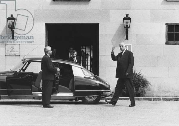 General Charles de Gaulle waving his hand when leaving the Parador during his official visit to Spain, 11th June 1970 (b/w photo)