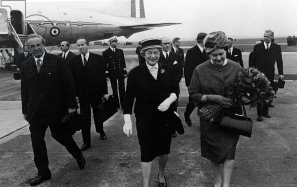 Yvonne de Gaulle welcomed by Wilhelmine Lübke from the plane at Cologne, on the official visit of General de Gaulle to Federal Germany, from 4th-9th September, 1962 (b/w photo)