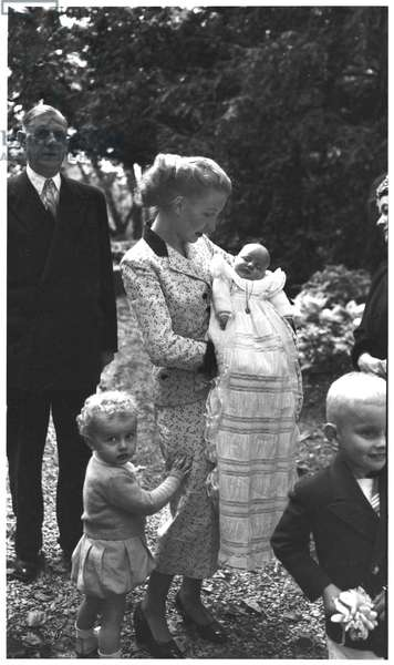 General de Gaulle (1890-1970) his daughter-in-law and his grandsons Charles (b.1948) Yves and Jean in a christening robe, 1953 (b/w photo)