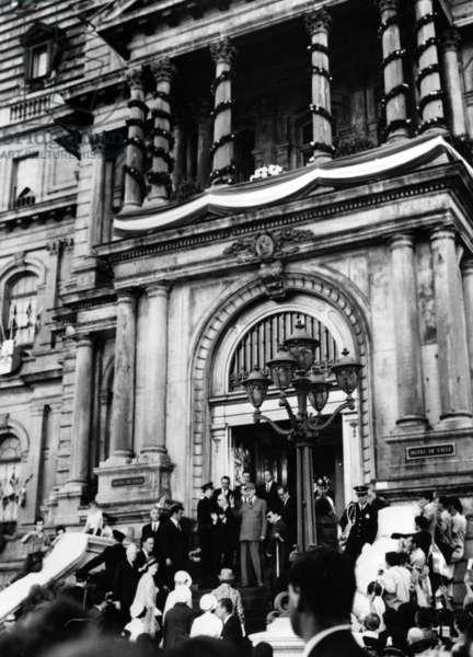 General de Gaulle, Maurice Couve de Murville, Daniel Johnson, Premier of Quebec, and Monsieur Drapeau, Mayor of Montréal on the steps of the Town Hall, Montréal, 24 July 1967 (b/w photo)