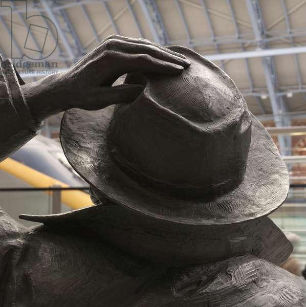 Detail of Sir John Betjeman by Martin Jennings (photo)