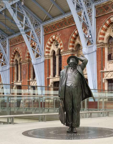 Sir John Betjeman by Martin Jennings (photo)