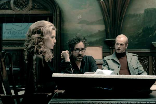 Dsh-02046G (L-R) Michelle Pfeiffer, Director Tim Burton, And Jonny Lee Miller On Set During The Production Of Warner Bros. Pictures And Village Roadshow Pictures Dark Shadows, A Warner Bros. Pictures Release., Dark Shadows 2012 Directed By Tim Burton
