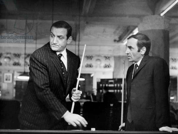 Lino ventura et Charles Aznavour dans le film La metamorphose des cloportes de PierreGranierDeferre ( ecrit par MichelAudiard ) 1965