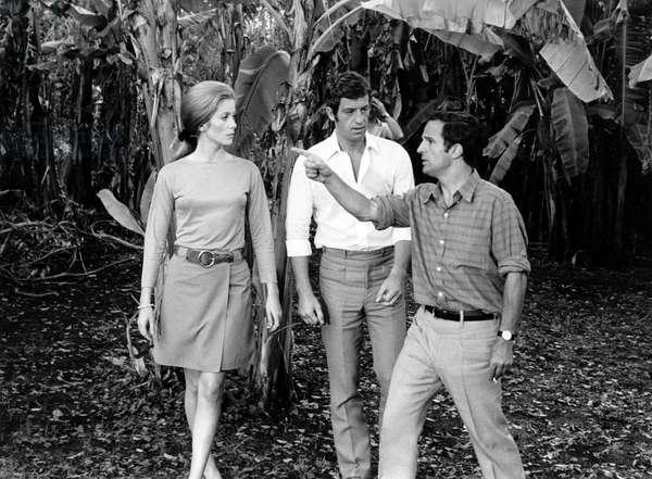 L'acteur français Jean Paul Belmondo, l'actrice française Catherine Deneuve et le réalisateur français François Truffaut lors du tournage de «Mississippi Mermaid» en 1969 à Paris