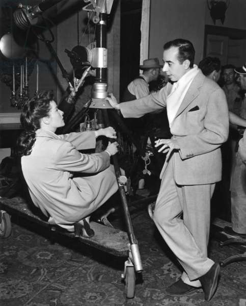 Le realisateur Katharine Hepburn and Vincente Minnelli sur le tournage du film Lame by fond UNDERCURRENT, 1946 On the set, Katharine Hepburn and Vincente Minnelli (director) (b/w photo)