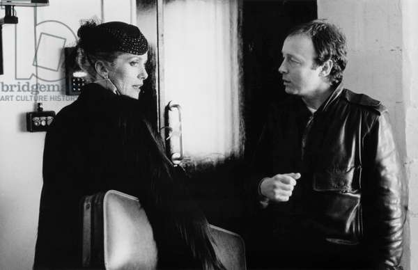 Catherine Deneuve and le realisateur Tony Scott sur le tournage du film Les predateurs HUNGER, 1983 On the set, Catherine Deneuve with Tony Scott (b/w photo)