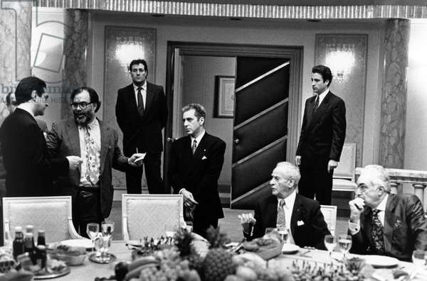 Francis Ford Coppola sur le plateau set du Parrain III THE GODFATHER: PART III, 1990 dirigeant Joe Montegna (left), Al Pacino (center), Andy Garcia (standing right) and Eli Wallach (seated second from right). On the set, Francis Ford Coppola directs Joe Montegna (left), Al Pacino (center), Andy Garcia (standing right) and Eli Wallach (seated second from right) (b/w photo)
