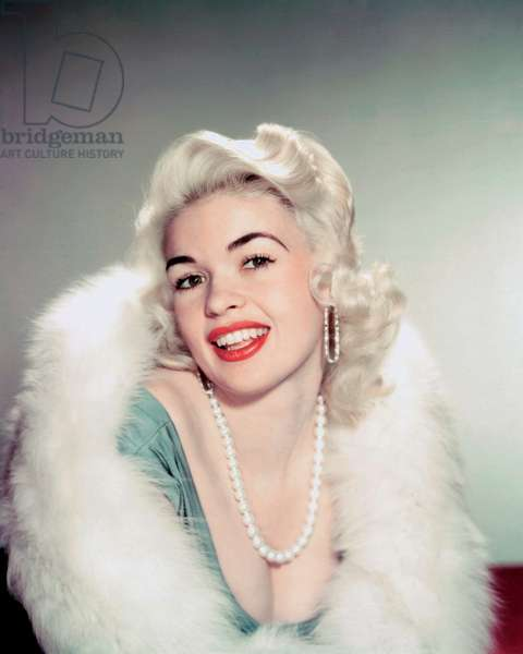 JAYNE MANSFIELD American actress Jayne Mansfield (1933 - 1967) wearing a pearl necklace and a white fur, circa, 1960 (photo)