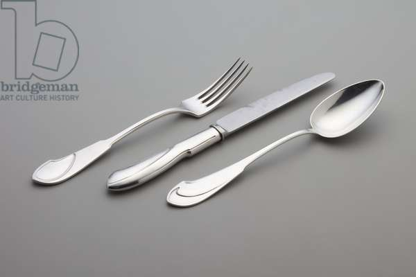 Three pieces of Modell I flatware: 1 table knife (replacement blade), 1 table fork, 1 tablespoon, designed 1902 (sterling silver)