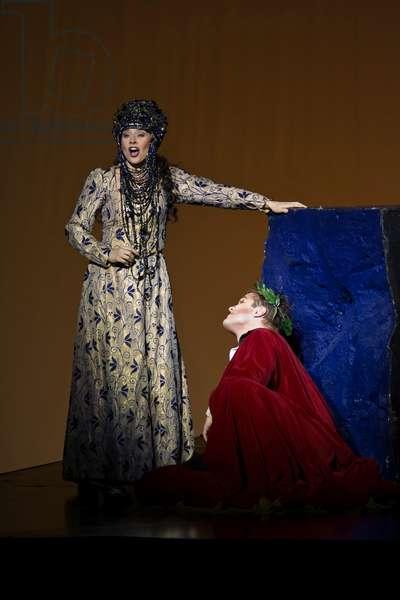 Lawrence Zazzo as Julius Caesar and Elena de la Merced as Cleopa (photo)