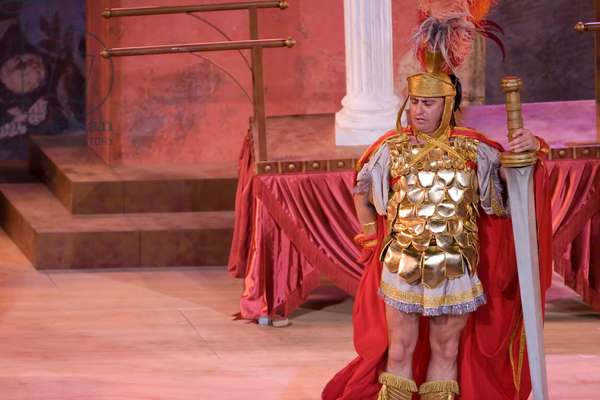 Pepe Viyuela as Gallo Maximus in Miles Gloriosus (photo)