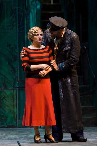 Juan Jesús Rodríguez as Juan de Eguía and Carmen González as Marola (photo)