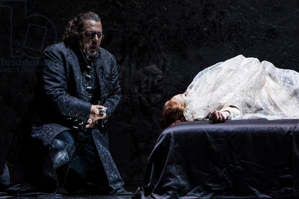 Gregory Kunde as Otello kills himself (photo)