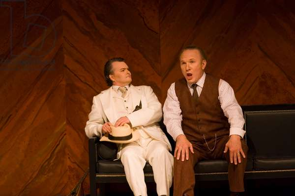 James Johnson as Simone and Robert Künzli as Guido Bardi sitting (photo)