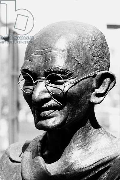 Mahatma Gandhi bronze statue, Mumbai, Maharashtra, India, 1983 (b/w photo)
