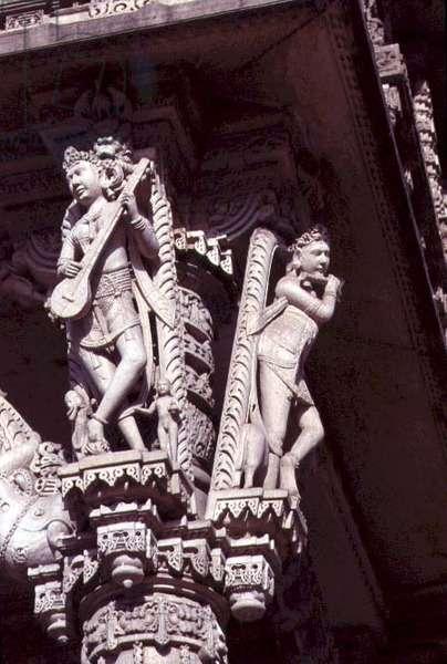 Bracket figures on the Hathee Singh Temple, 1848 (photo)