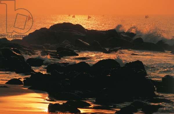 Sea in silhouette (photo)