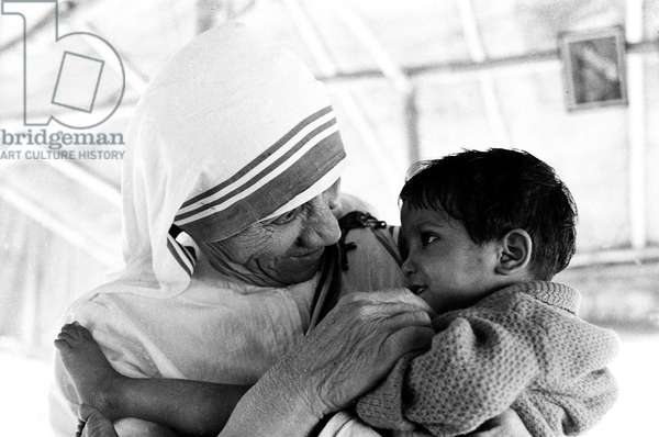 Mother Teresa with a child (b/w photo)