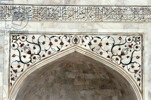 Inlay work and Quranic text on the Taj Mahal (photo)