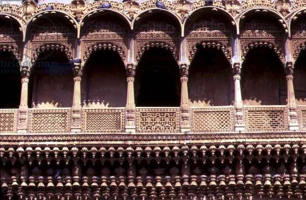 Carved decoration on the Salim Singh ki courtyard mansion house, 17th century (photo)