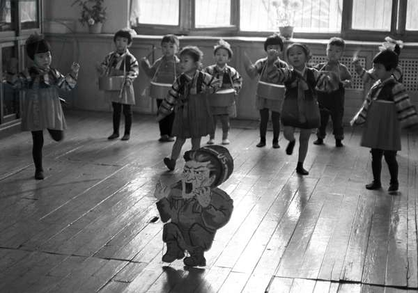 Historical North Korea - (Propagande anti-americaine) Propaganda in kindergarten 1971