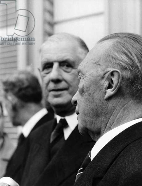 Charles de Gaulle meets Adenaue: French state president Charles de Gaulle (m) arrives in Bonn on the 20th of May in 1961 for an exchange of views with German chancellor Konrad Adenauer (r) in Palais Schaumburg (photo)