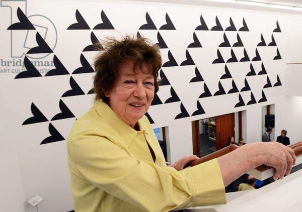 British artist and 2012 winner of Rubens prize, Bridget Riley, poses for photographers at the Museum of Contemporary Art Siegen in front of her mural 'Quiver I', Germany, 11 April 2014 (photo)