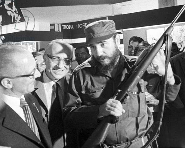 Historical Cuba - State visit Erich Honecker 1974 in Siboney : Cuban head of state Fidel Castro and GDR head of state Ercih Honecker visit Guartel Moncada, a former barracks and cultural place of the Cuban revolution, in Santiago de Cuba on the 22nd of February in 1974. Photo: ddrbildarchiv.de / Klaus Morgenstern - blocked for BILDFUNK/ picture transmission