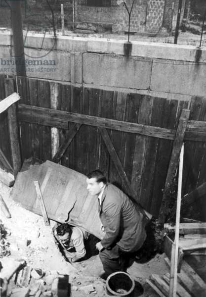 Men escape though a tunnel to West Berlin