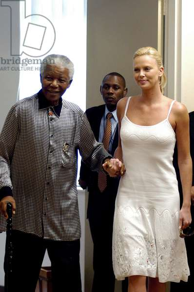Nelson Mandela et Charlize Theron, 2004 (photo)