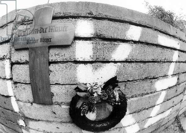 Memorial cross and wreath at the Berlin Wall