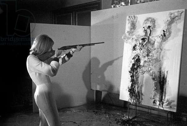 Niki de Saint-Phalle during a performance in Munich on February 8, 1963 (b/w photo)