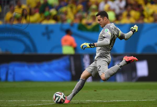 Brazil's goalkeeper Julio Cesar plays the ball during the FIFA World Cup 2014 group A preliminary round match between Cameroon and Brazil at the Estadio Nacional in Brasilia, Brazil, 23 June 2014 (photo)
