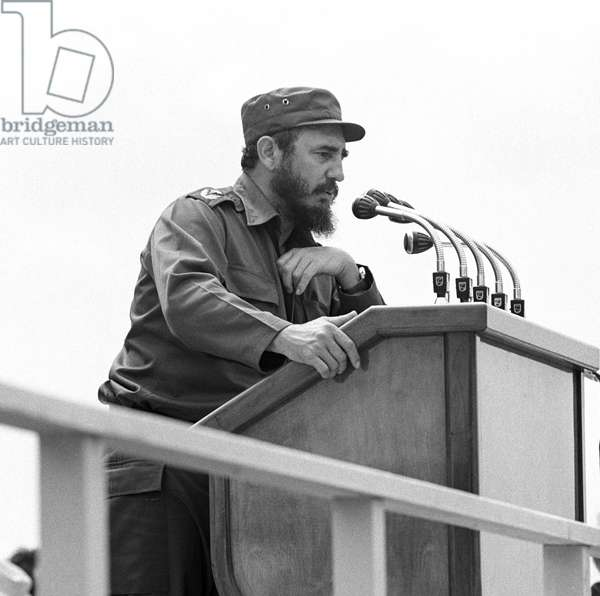Historical Cuba - State visit Erich Honecker 1974 - Cienfuegos : Cuban president Fidel Castro gives a speech at a public meeting in Cienfuegos in front of head of the GDR Erich Honecker and other members of government on the 23rd of February in 1974. The convergence of Cuba and Moscow resulted in a closer contact to the GDR as well, which became Cuba's second most important economic partner in the 1980s. Photo: ddrbildarchiv.de / Klaus Morgenstern - GESPERRT FUeR BILDFUNK /blocked for picture transmission
