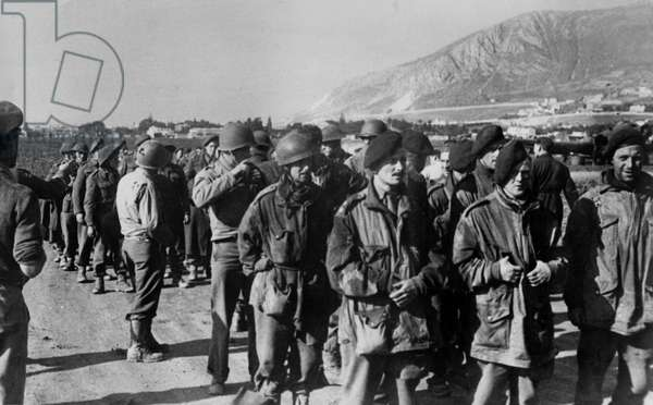 WWII - North African Campaign 1942 : The image from the Nazi Propaganda! depicts British and American soldiers, who were captured by soldiers of the German Wehrmacht and are brought to a prison camp, in Tunisia, published on 9 December 1942. Place unknown. Photo: Berliner Verlag/Archiv