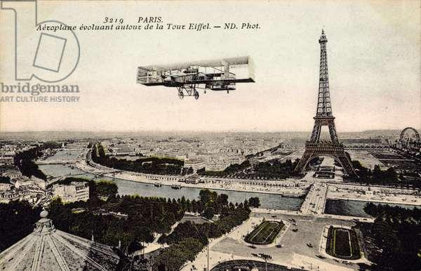 Paris, Aeroplane evoluant autor de la Tour Eiffel, Eiffelturm, Flugzeug