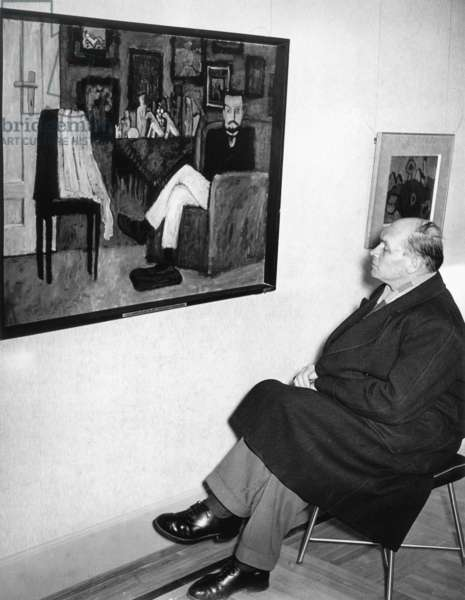 "A visitor sits in a Munich museum in front of the painting ""Der Sitzende"" by Gabriele Münter, feb 1957 (b/w photo)"