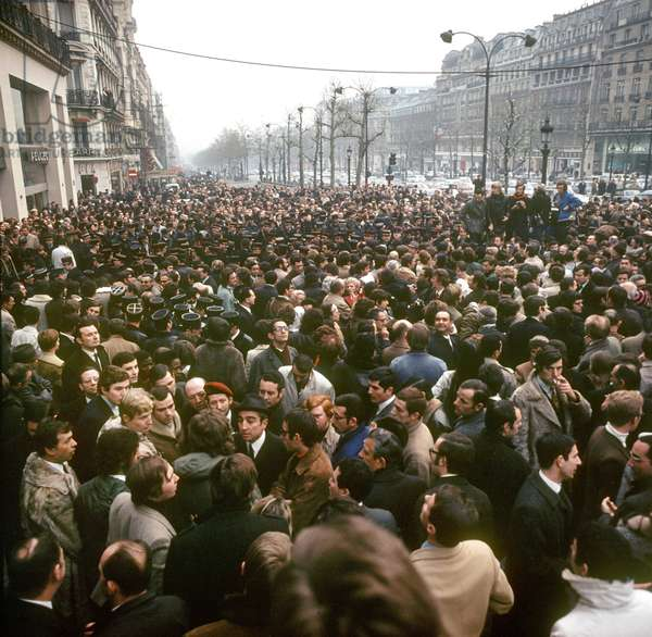 View of a demonstration on the Champs-Élysées on the occasion of the renaming of the Place de l'Etoile to Place Charles-de-Gaulle in Paris, France, 13 November 1970 (photo)