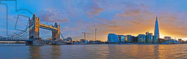 UK, City Hall and Tower Bridge at sunset from River Thames, London, Panoramic view of Shard (photo)