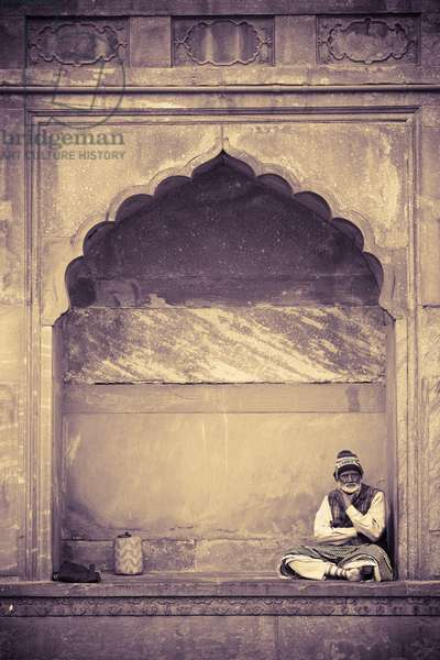 Man sitting Under Architectural Arch, Delhi, India (photo)