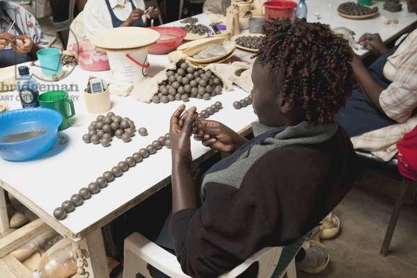 Working with Kazuri Beads, Kenya, Africa (photo)
