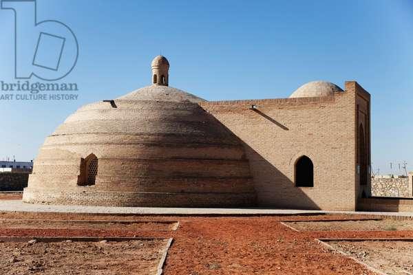 Old water cistern (Sardoba), Rabat-i Malik caravanserai, between Samarkand and Bukhara, Uzbekistan (photo)