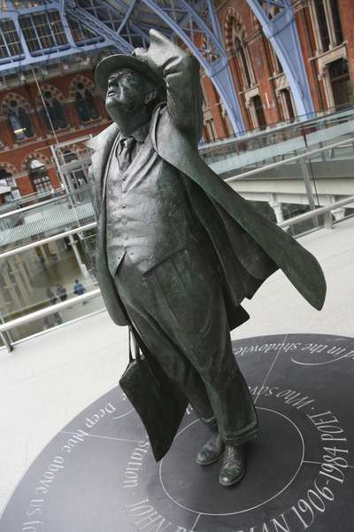 Bronze Statue of Sir John Betjeman at St. Pancras, London, England, UK (photo)