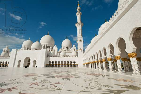 Courtyard of the Sheikh Zayed Grand Mosqueabu Dhabi, United Arab Emirates (photo)