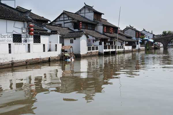 Canal in Zhujiajiao, an Old Water Town, Zhujiajiao, Shanghai, China (photo)