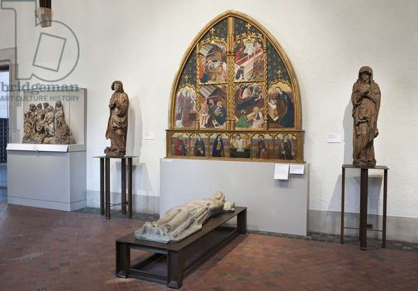 Interior of the gallery with an altarpiece and sculptures (photo)