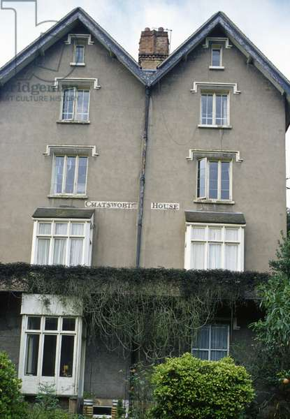 'Chatsworth House', name written across the front of a building (photo)